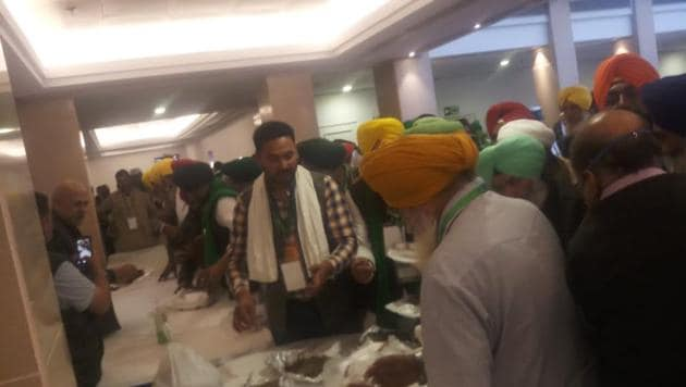Farmer leaders refused lunch offered by the government at Vigyan Bhawan meet, ate food they brought. (Photo: Hindustan Times)