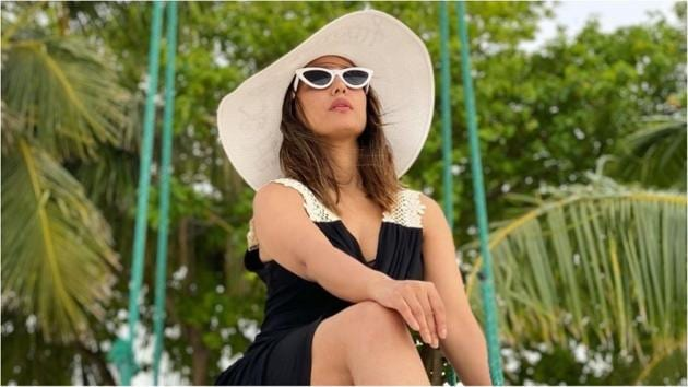 Hina Khan in Rs 2k black dress gives ultimate holiday fashion goals(Instagram/realhinakhan)