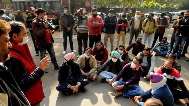 Mediapersons protesting outside Punjab Bhawan, Sector 3, in Chandigarh on Thursday.(Keshav Singh/HT)
