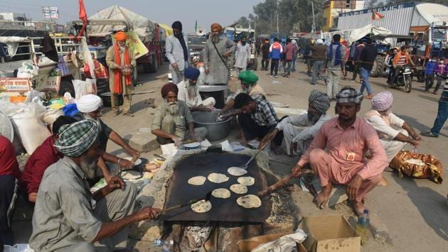 Meals are prepared at a community kitchen at Singhu Border near New Delhi on December 1. Farmers also want roll-back of an ordinance invoked in October to crack down on pollution in New Delhi, of which stubble burning is a major cause. The ordinance provides for steep penalties for polluters, including farmers who burn crop stubble, with a jail term of 1 year and fines of up to 1 crore rupees. (Vipin Kumar / HT Photo)
