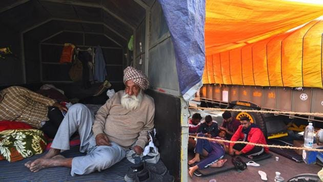 Farmers camping in and besides tractor trolleys at Singhu a day before a crucial second round of talks between demonstrators and the central government in New Delhi on December 2. Three Union ministers meet leaders from 40 farm organisations for the fourth round of talks at the Capital's Vigyan Bhawan on December 3. (Raj K Raj / HT Photo)