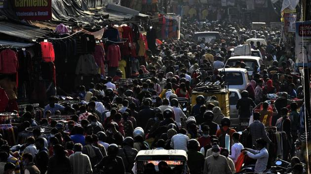 People flout social distancing norms at Lucknow's busy marketplace of Aminabad on November 29.(HT file photo)