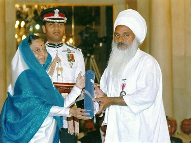 Then President Pratibha Patil conferring social worker Baba Sewa Singh with the Padma Shri for his contribution to environment conservation in 2010.(HT file photo)