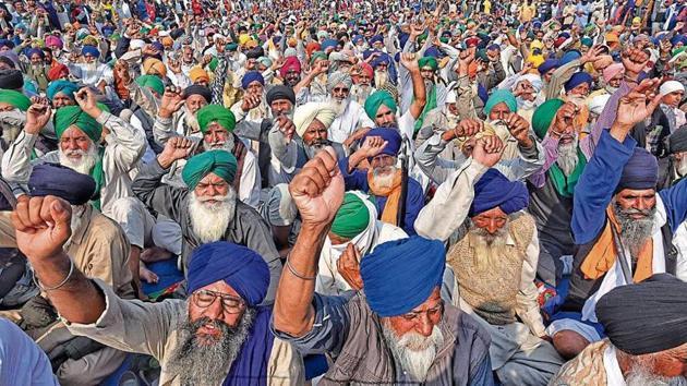 Farmers raise slogans against the new farm laws at Singhu Border on Thursday.(Biplov Bhuyan/ HT photo)
