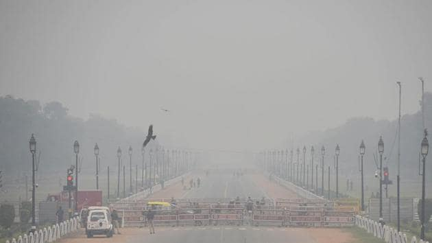 An earlier picture of India Gate obscured from view by haze, at Rajpath in New Delhi. (Photo by Vipin Kumar/ Hindustan Times)