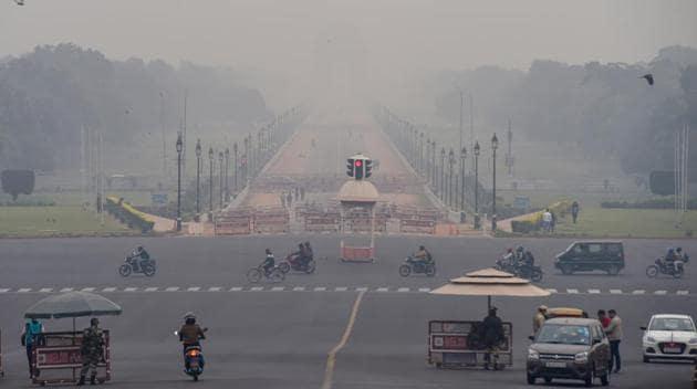 Vehicles ply at Vijay Chowk amid low visibility, in New Delhi.(File photo)