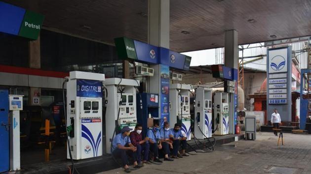 Petrol price in Delhi rose to Rs 83.13 per litre from Rs 82.86. Diesel rates went up from Rs 73.07 to Rs 73.32 per litre.(Praful Gangurde)