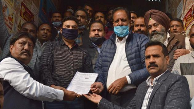 During the union's protest over non-fulfilment of long-pending demands outside MC headquarters on Friday, they handed over a memorandum to mayor Balkar Sandhu, in which they also sought roll back of the suspension orders.(HT Photo)