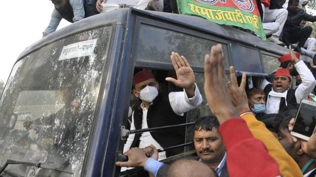Akhilesh Yadav in police van after the police detained him on Monday.(Deepak Gupta/HT Photo)