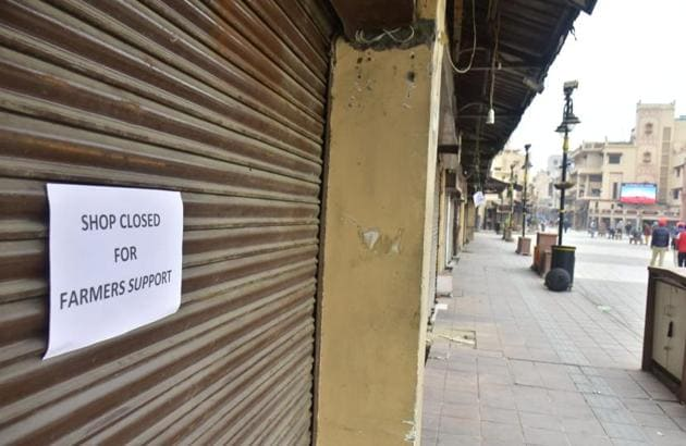 Shops on Heritage Street leading to the Golden Temple in Amritsar remained closed on Tuesday in support of the Bharat Bandh call given by farmers protesting the Centre's new farm laws.(Sameer Sehgal/HT)