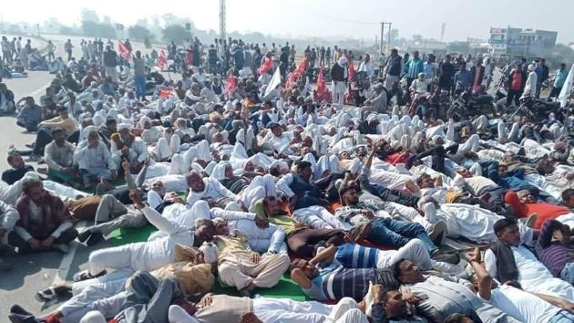 Farmers blocking the Hisar-Chandigarh highway near Kalayat on Tuesday during the Bharat Bandh called to protest the Centre's farm laws.(HT Photo)