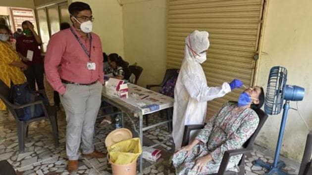 Healthcare workers conduct Covid-19 screening at Malad(E) in Mumbai earlier this month.(HT file photo)