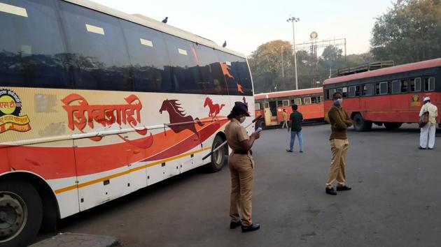 Police personals at Swargate bus stand ahead of Bharat Bandh called on Tuesday in Pune on December 07, 2020.(HT Photo)