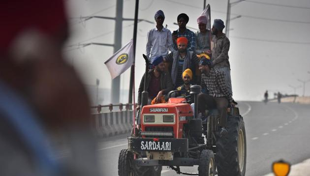 More farmers from Punjab and Haryana trickled in at the Singhu border on tractor-trolleys and cars on Tuesday amid heavy security presence(Raj K Raj/HT PHOTO)