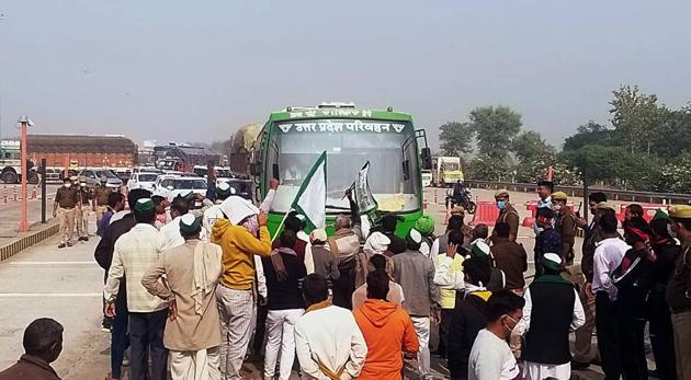 Farmers blocking Yamuna expressway during Bharat Bandh against new farm bills, in Mathura on Tuesday.(ANI photo)