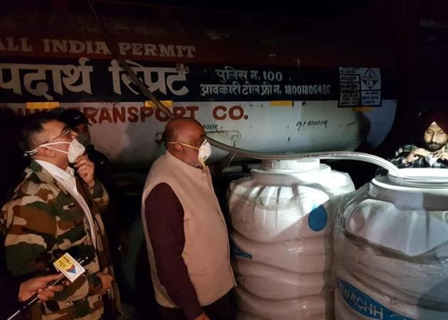 Government officials at a liquor bottling unit that was unearthed in Patiala district's Rajpura town on Tuesday night.(HT Photo)