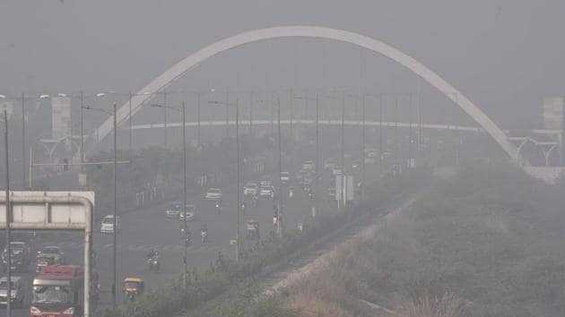 Delhi recorded an overall air quality index (AQI) value of 383, in the very poor zone on Tuesday.(Sanchit Khanna/HT Photo)