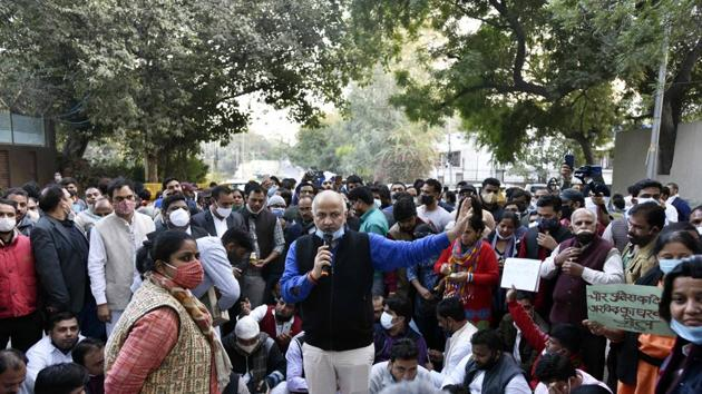 Deputy chief minister Manish Sisodia on a dharna with supporters after being stopped by Delhi Police personnel when he tried to enter CM Arvind Kejriwal`s residence, in Civil Lines, New Delhi on December 8, 2020.(Sanjeev Verma/HT Photo)
