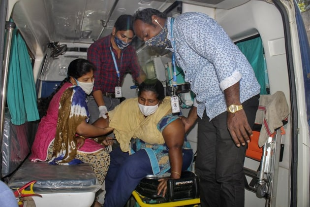 The number of people falling sick due to a mysterious disease in Eluru, the city of Andhra Pradesh saw a rapid decline on Wednesday and experts could not identify what caused the outbreak.(AP)