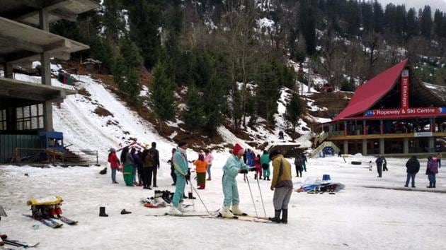 Tourists enjoying winter sports at Solang valley on Wednesday. Traffic between Solang and Atal Tunnel is closed due to fresh snowfall.(HT Photo)