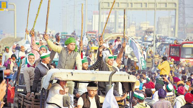 A continuous stream of farmers is marching towards the national capital using Delhi-Chandigarh national highway.(HT Photo)