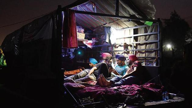 A tractor trolley turned into living quarters at Singhu border where farmers are camped in an ongoing protest against the Centre's new farm laws, near New Delhi.(Ajay Aggarwal/ Hindustan Times)