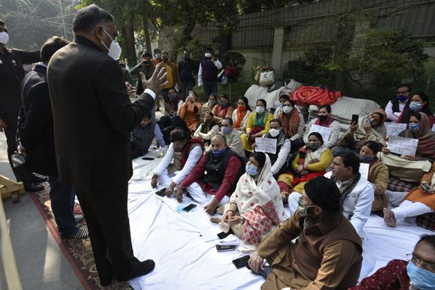 Ramvir Singh Bidhuri addresses BJP activists and MCD mayors sitting in protest regarding the release of municipal funds, outside Chief Minister Arvind Kejriwal's residence in New Delhi.(Biplov Bhuyan/HT PHOTO)