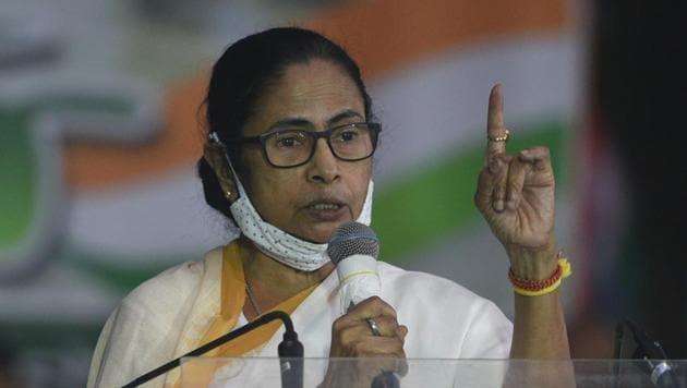 Chief minister of West Bengal Mamata Banerjee addressing the gathering at protest against new farm laws, in front of Gandhi statue at Mayo road, in Kolkata, West Bengal on Thursday.(Samir Jana/HT Photo)