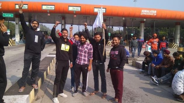 Farmers protest at Chandi Mandir toll plaza in Panchkula and allow free movement of vehicles on Saturday.(HT Photo/Sant Arora)