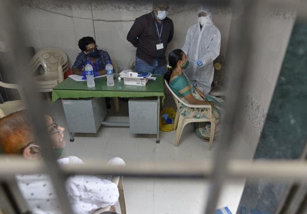Health care workers during a Covid-19 screening drive at Goregaon in Mumbai.(Satyabrata Tripathy/HT PHOTO)