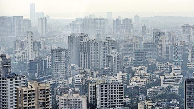 Hazy weather was witnessed in Mumbai on Friday.(Satyabrata Tripathy/HT Photo)