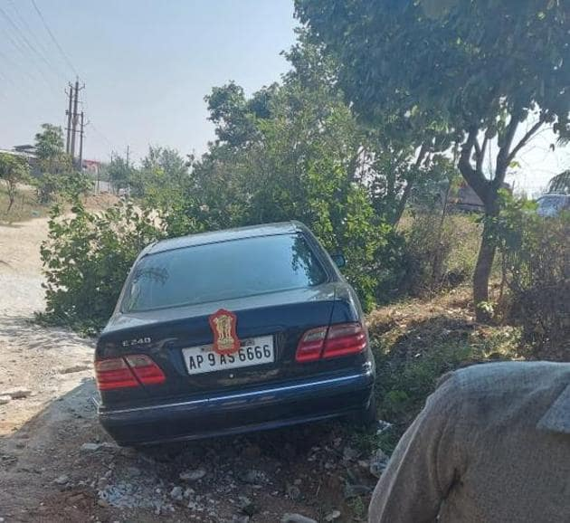 The car in which Himachal Pradesh governor Bandaru Dattatreya was travelling after it veered off the Hyderabad-Vijayawada highway in Telangana on Monday morning.(HT Photo)