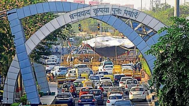 Vehicles heading towards Delhi at Chilla border after demonstrators vacated carriageways on the Noida-Delhi Link Road via Chilla following a late night meeting with Union ministers Rajnath Singh and Narendra Tomar, in Noida.(Sunil Ghosh / Hindustan Times)