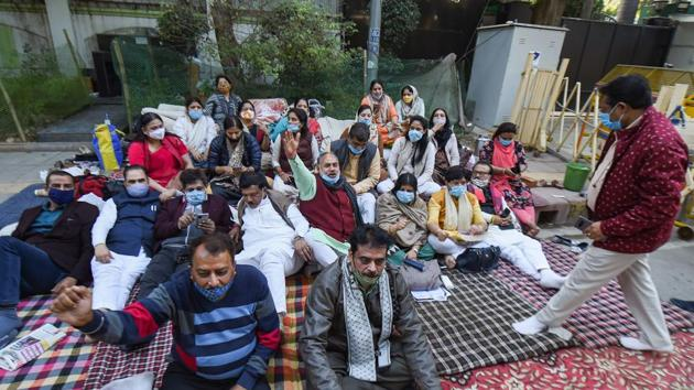 Municipal Corporation of Delhi (MCD) Mayors and others stage a protest outside Delhi CM Arvind Kejriwal's residence, in New Delhi.(PTI)