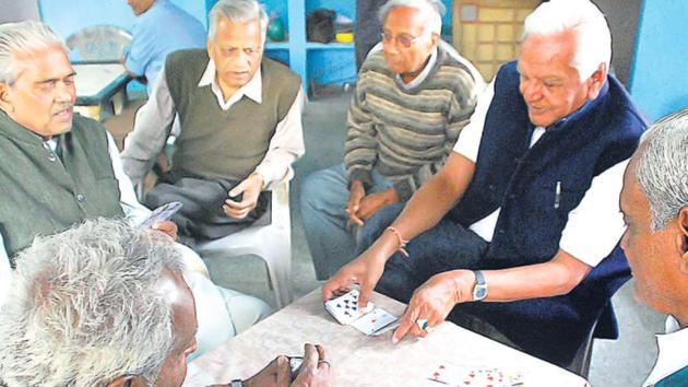 Data from states in India shows that a little over half (53%) of Covid-19 deaths are in people who are 60 years, compared to around 75% of deaths in those aged 65 years and above around the world, according to data reported to World Health Organization (WHO) till October.(HT File Photo)