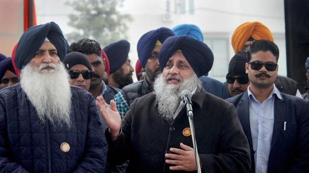 Shiromani Akali Dal (SAD) President Sukhbir Singh Badal (C) addresses party supporters and leaders in support of farmers during a protest against the recent agricultural reforms, in Amritsar.(PTI)