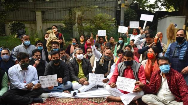 BJP leaders Adesh Gupta, Manoj Tiwari, Gautam Gambhir and all three Mayors of Delhi protesting outside CM Arvind Kejriwal's residence demanding immediate release of funds to the Municipal Corporation of Delhi (MCD) at Flag Staff Road in New Delhi on December 9, 2020.(Sanchit Khanna/HT PHOTO)