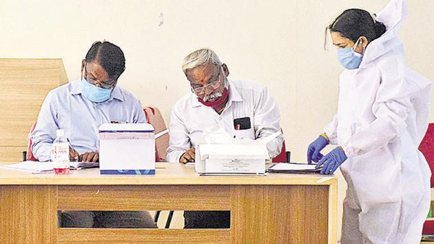 Health staff of PMC collect data of Covid-19 suspected patients.(HT PHOTO)