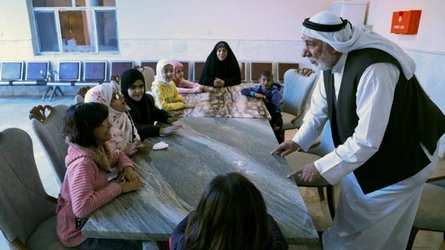 A Kuwaiti volunteer trains blind girls to learn Arabic Language during a rehabilitation course, in Basra, Iraq.(Reuters)