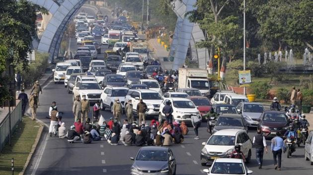People in Delhi have been facing traffic troubles while commuting to neighbouring states as thousands of farmers from all across India have been sitting on the Capital's borders since the last 23 days.(Sunil Ghosh / Hindustan Times)