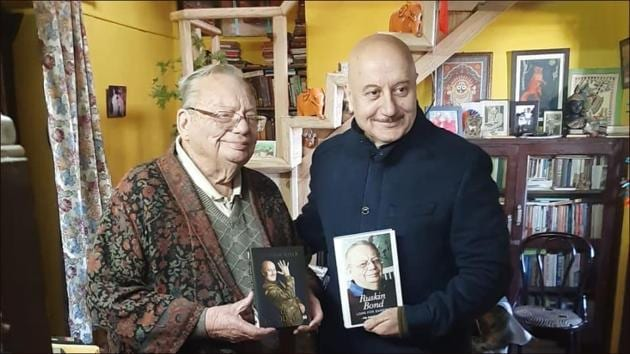 Anupam Kher-Ruskin Bond exchange books in Mussorie over tea, cake and 'wealth of stories'(Instagram/ruskinbondofficial)