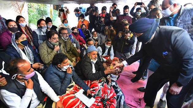 Mayors of municipal corporations ending a hunger strike by taking juice offered by cabinet minister Hardeep Singh Puri and Delhi BJP president Adesh Gupta, outside the residence of Chief Minister Arvind Kejriwal, in New Delhi.(Raj K Raj/ Hindustan Times)