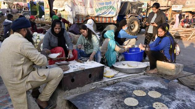 Food being prepared in a community kitchen at Singhu border (Delhi-Haryana) during the ongoing protest against new farm laws, in New Delhi, India, on Saturday. (Photo by Sanjeev Verma/ Hindustan Times)(Sanjeev Verma/HT PHOTO)