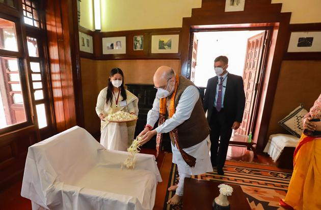 Union home minister Amit Shah pays tributes to Nobel laureate poet Rabindranath Tagore during his visit to Rabindra Bhawan, at Shantiniketan in Birbhum district.(PTI (Twitter image posted by @AmitShah)