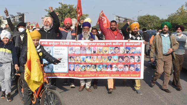 Protesters hold banners and raise slogans in solidarity with farmers who lost their lives while protesting against central government's new farm laws.(HT photo)