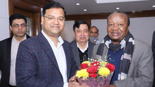 Hafed chairman Kailash Bhagat and director DK Behera welcoming the Malawi's High Commissioner to India, George Mkondiwa during his visit to Hafed Corporate Office, at Panchkula.(HT PHOTO)
