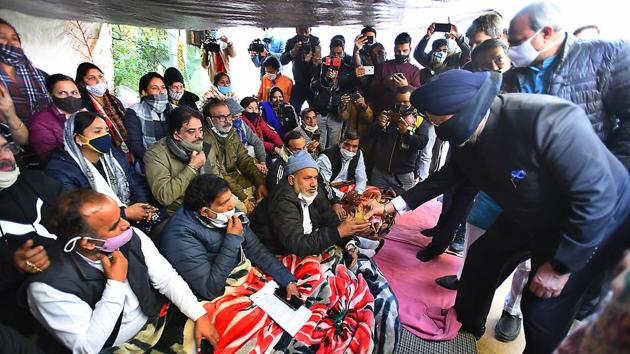Mayors of municipal corporations ending a hunger strike by taking juice offered by cabinet minister Hardeep Singh Puri and Delhi BJP president Adesh Gupta, outside the residence of chief minister Arvind Kejriwal.(Raj K Raj/HT Photo)