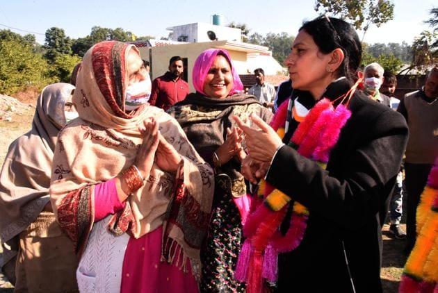 Congress mayoral candidate Upinder Kaur Ahluwalia at an election meeting at Bhanu village in ward no 19 in Panchkula on Saturday.(SANT ARORA/HT)