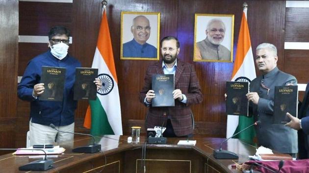 Union environment minister Prakash Javadekar releasing the 'Status of Leopard in India 2018' in New Delhi on Monday.(Twitter/@PrakashJavadekar)