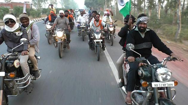 On December 10, farmers from Maharashtra led by state minister Omprakash Babarao Kadu alias Bacchu Kadu were stopped by UP police at Rarah border in Bharatpur while on their way to Delhi to join the farmers' protest.(HT Photo)